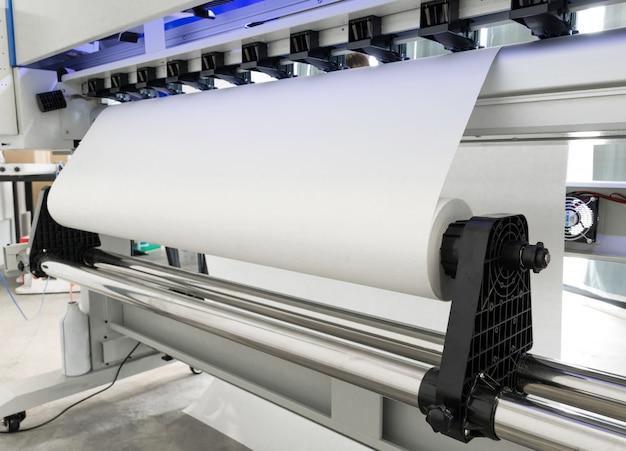 Rollo de papel en blanco en impresora de gran formato para máquinas de inyección de tinta para empresas industriales. Foto Premium