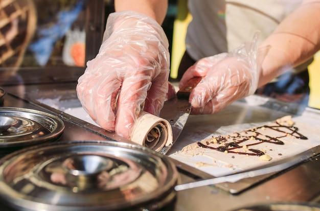 Rollos de helado salteados en una sartén de congelación. helado laminado orgánico natural, postre hecho a mano. Foto Premium