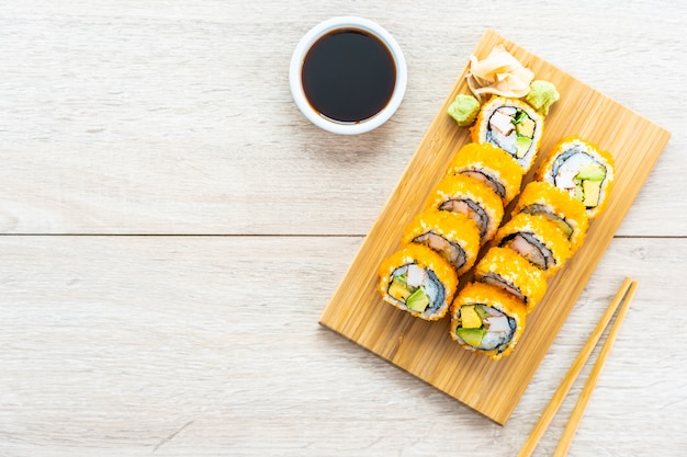 Rollos de maki de california sushi Foto gratis
