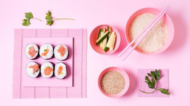 Rollos de sushi y arroz Foto gratis