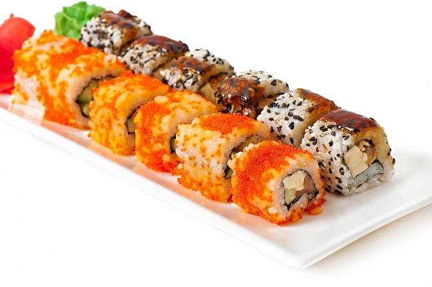 Rollos de sushi japonés fresco tradicional Foto gratis