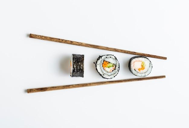 Rollos de sushi maki con palillos Foto gratis