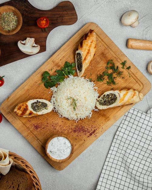 Rollos de vegetales servidos con arroz Foto gratis