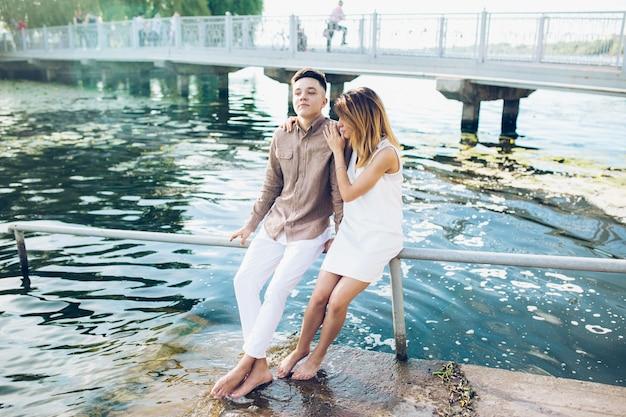 Roman tic joven pareja en el agua Foto gratis