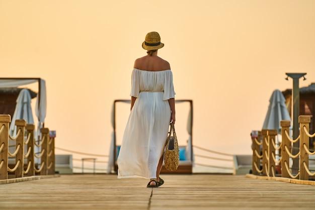 Romántica puesta de sol y mujer sola Foto Premium