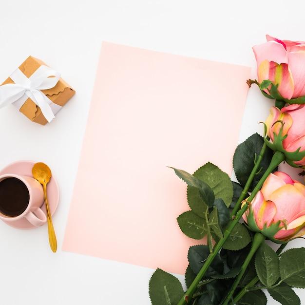 Romántico con rosas y café Foto gratis
