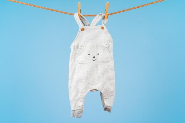 Ropa colorida del niño lindo colgar de una cuerda Foto Premium