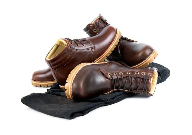 Ropa de hombre con botas marrones y jeans aislados sobre