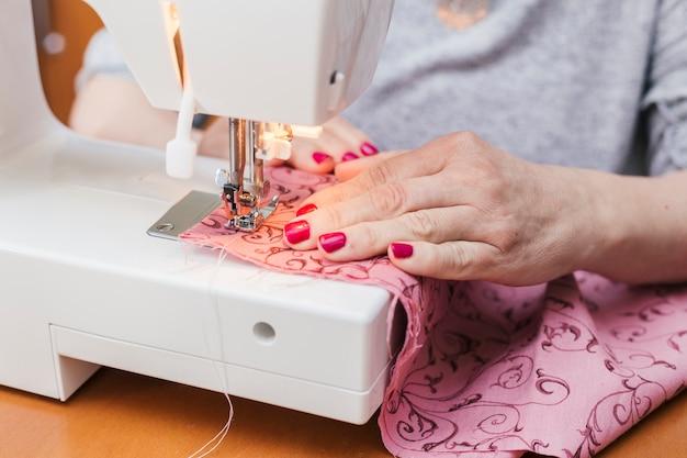 Ropa de mujer joven en la máquina de coser Foto gratis