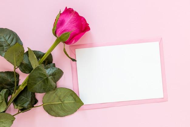 Rosa con papel para san valentín Foto gratis