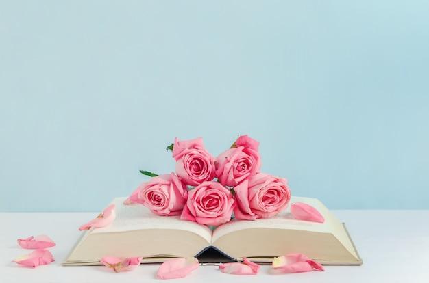 Fondo De Madera Vintage Con Flores Blancas Manzana Y: Rosa Vintage Rosa Flores Con Libro Sobre Fondo De Madera