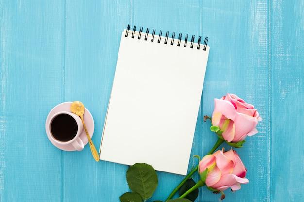 Rosas, café y cuaderno Foto gratis