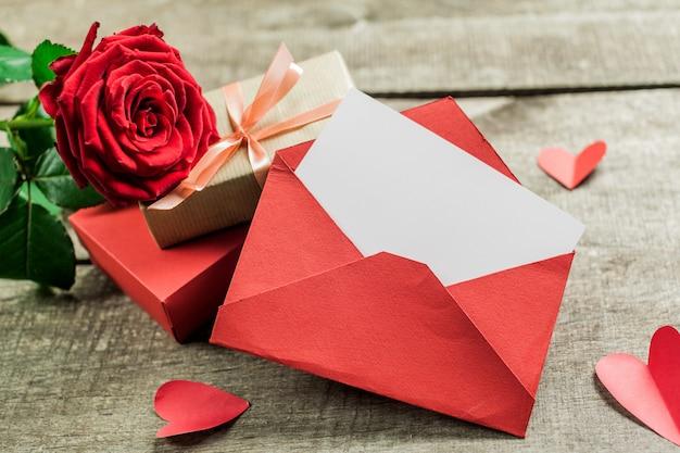 Rosas y corazones sobre tabla de madera, fondo del día de san valentín Foto Premium