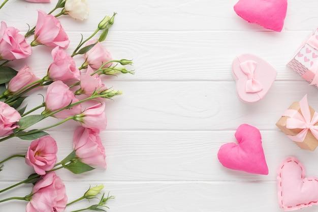 Rosas y lindas cajas de regalo Foto gratis