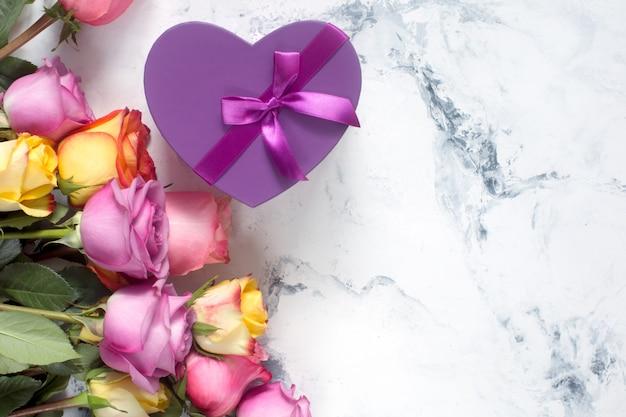 Rosas púrpuras y amarillas, cuadro presente sobre fondo blanco. Foto Premium