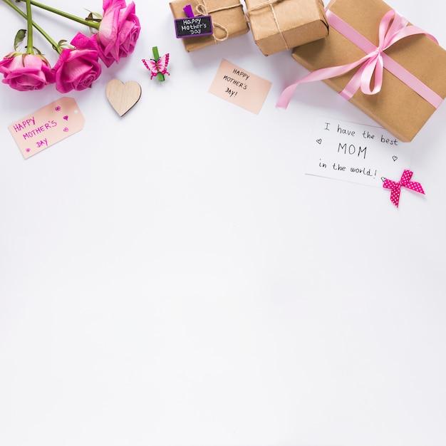 Rosas con regalos y tengo la mejor mamá del mundo. Foto gratis