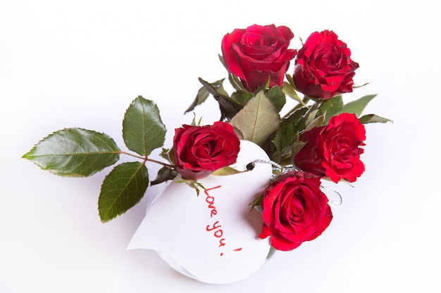 Rosas rojas con corazón blanco Foto Premium