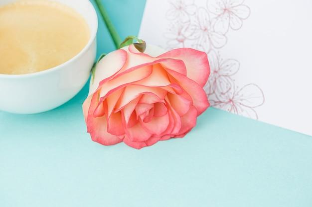 Rosas rosadas, flores, regalo en la mesa Foto gratis