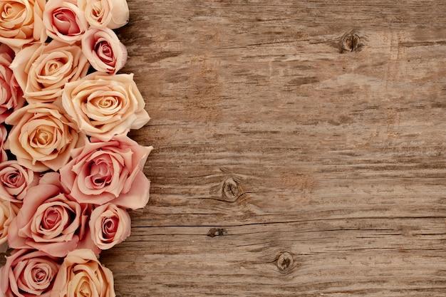 Rosas sobre fondo de madera vieja Foto gratis