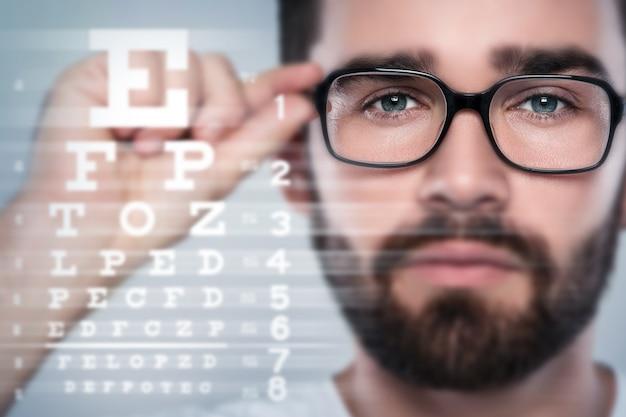 Rostro masculino y tabla optométrica Foto Premium