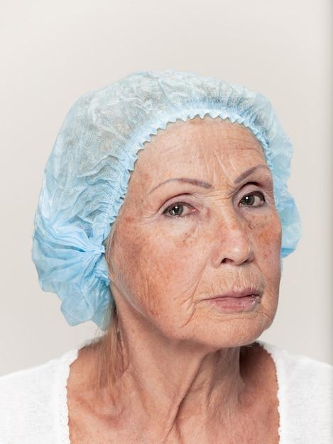 Rostro de mujer de mediana edad antes de la cirugía plástica Foto gratis