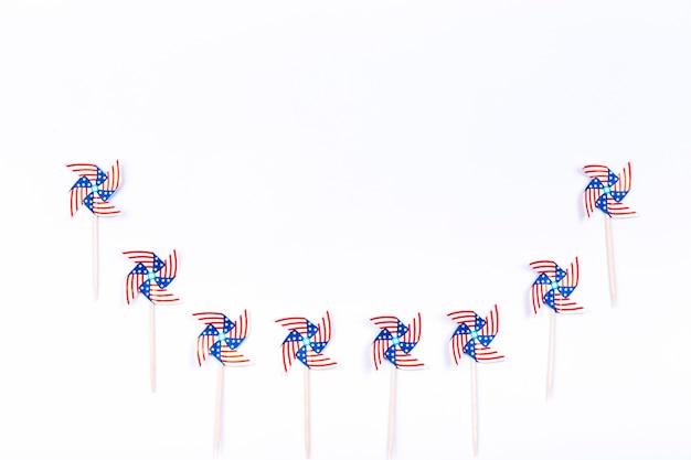Rotores de viento con símbolo de bandera americana colocados en fila semicircular. Foto gratis
