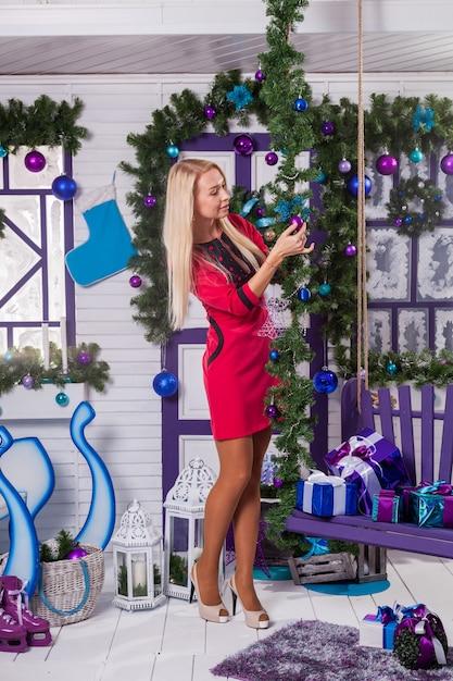 Rubia En Blanco Decoraciones Navideñas En La Terraza Foto