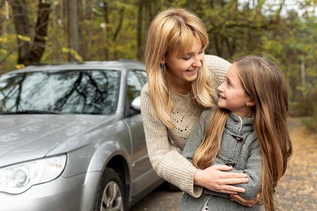 Rubia madre e hija mirándose Foto Premium