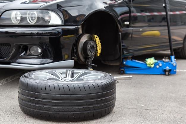 Rueda de coche desmontada en primer plano. Foto Premium