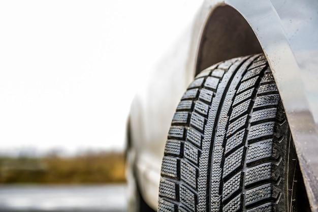 Rueda de coche con neumático de goma negra Foto Premium