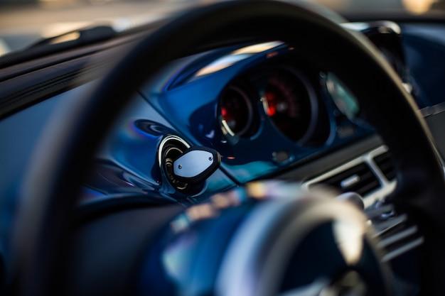 Rueda direccional y velocímetro de un automóvil negro Foto gratis