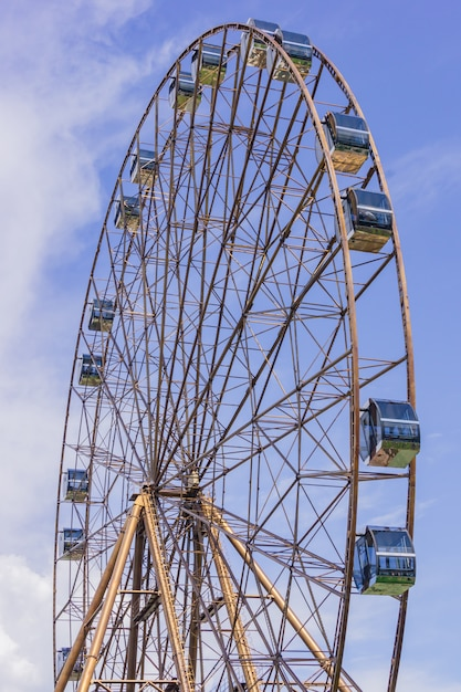 Rueda de la fortuna en verano soleado sochi sobre fondo azul cielo nublado Foto Premium