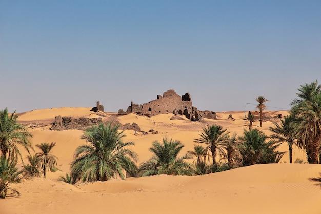 Ruinas de la ciudad abandonada de timimun en el desierto del sahara, argelia Foto Premium