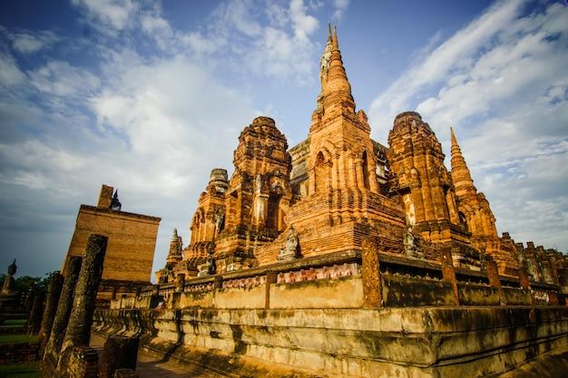 Ruinas del templo del templo wat mahathat en el recinto del parque histórico de sukhothai, patrimonio de la humanidad por la unesco Foto gratis