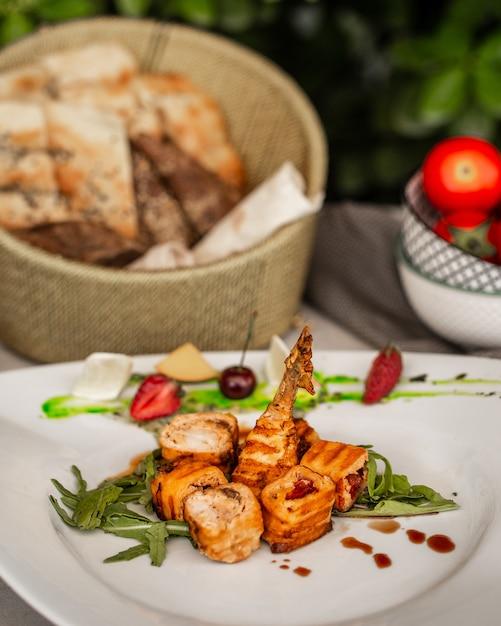 Ruletas de pollo frito con verduras en el plato Foto gratis