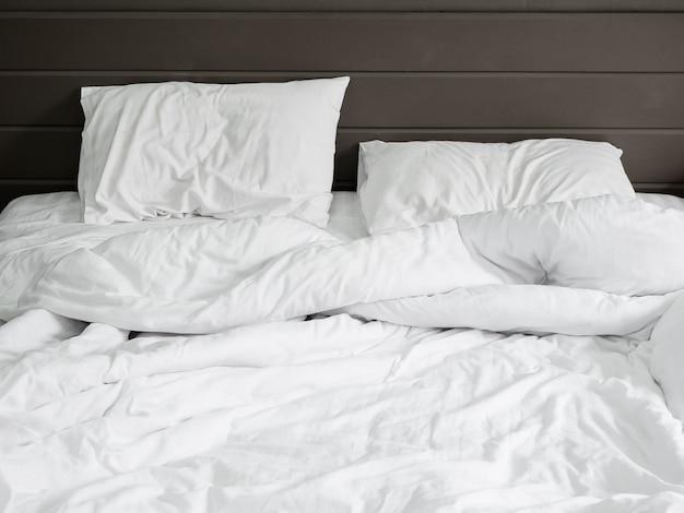 Sábanas y almohadas blancas | Foto Premium