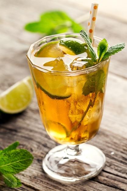 Sabrosa bebida fresca de té de verano refrescante con hielo, té frío ...
