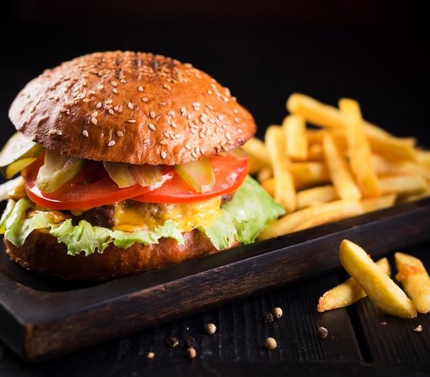 Sabrosa hamburguesa clásica con papas Foto gratis