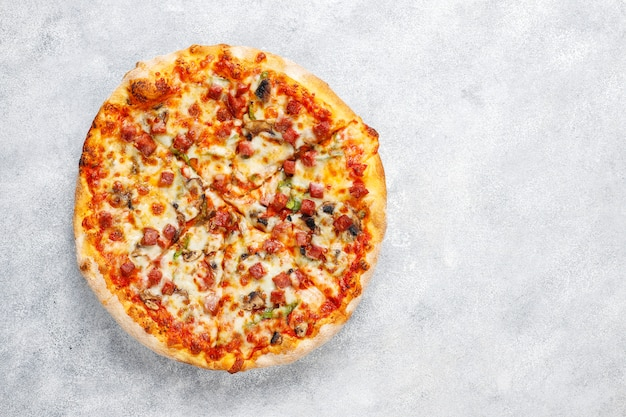 Sabrosa pizza de pepperoni con champiñones y especias. Foto gratis