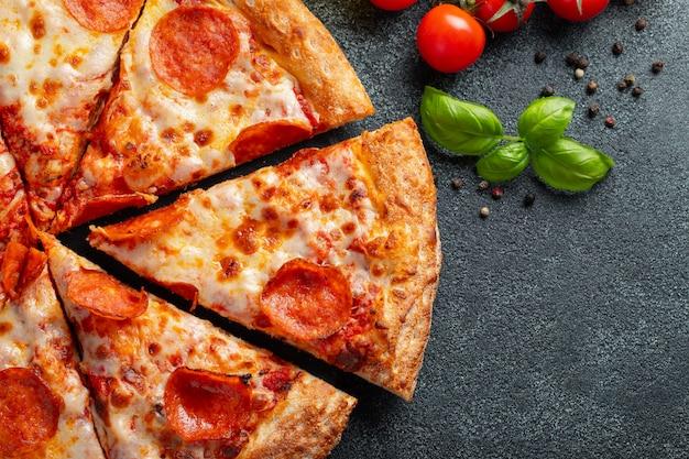 Sabrosa pizza de pepperoni. Foto Premium