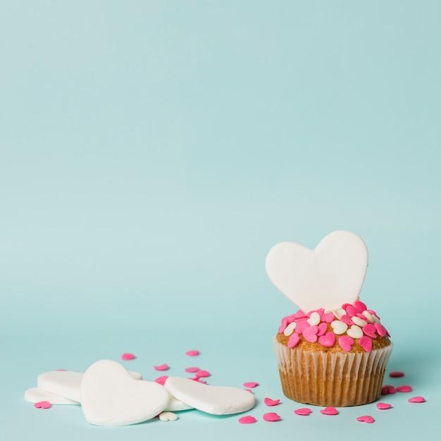 Sabrosa tarta con corazones decorativos. Foto gratis