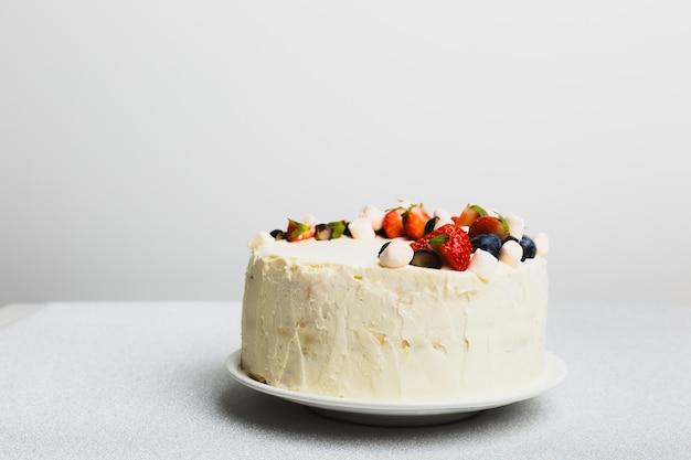 Sabrosa tarta fresca con bayas en el plato Foto gratis