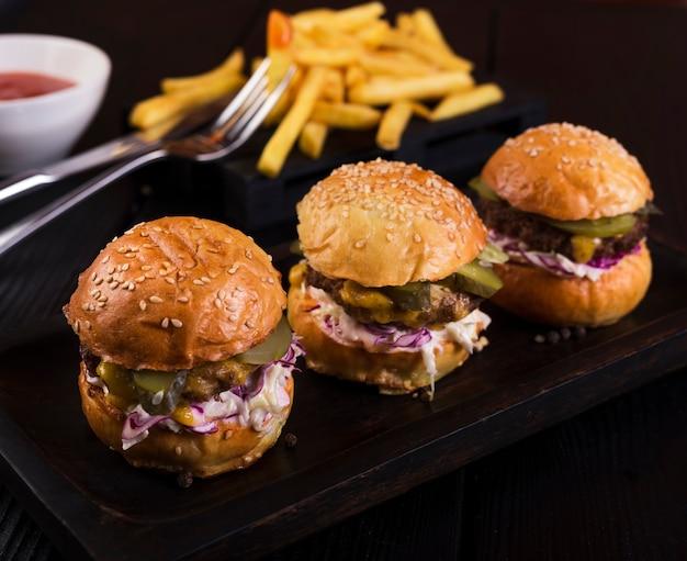 Sabroso conjunto de hamburguesas recién hechas Foto gratis