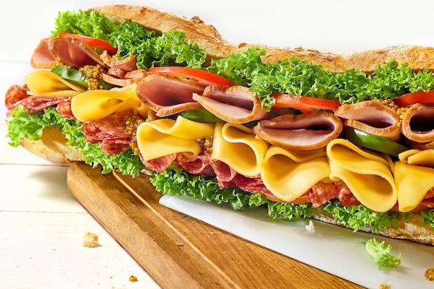 Sabroso sándwich grande en blanco Foto gratis