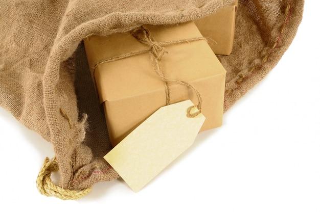 Saco de correo con paquetes envueltos Foto gratis