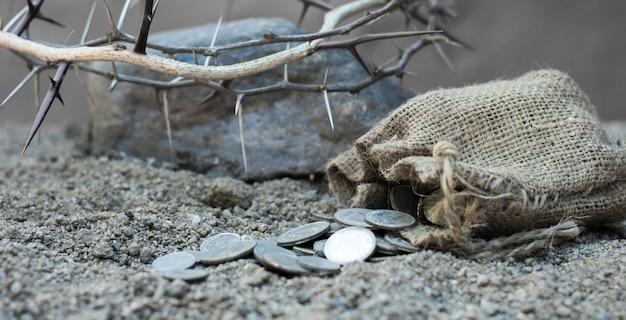 Saco con las treinta monedas de plata símbolo bíblico de la traición de judas Foto Premium