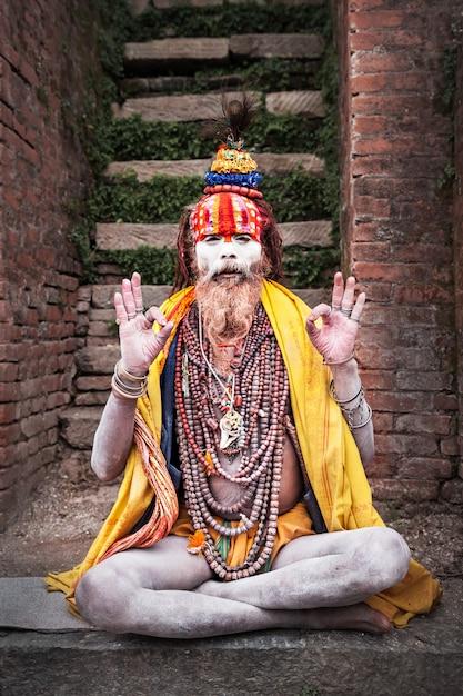 Sadhu en el templo de pashupatinath Foto Premium