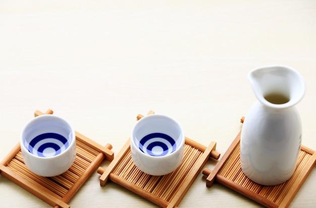 Sake japonés estilo bebida oriental en la mesa Foto Premium