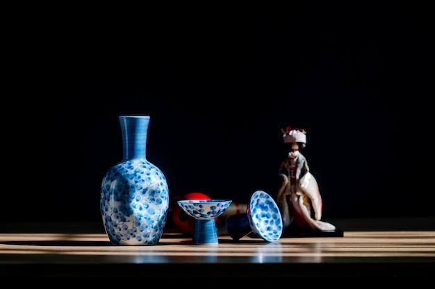 Sake japonés estilo bebida oriental sobre la mesa. Foto Premium