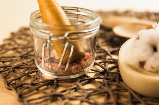 Sal del himalaya en frasco de vidrio con mortero Foto gratis